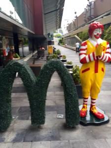 タイのマクドナルドでは、ドナルド君もタイ式でご挨拶
