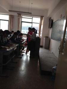 重舛さんは前に立って日本語朗読の先生になりました。