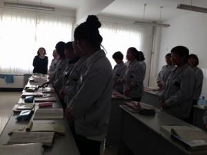 工場労働に備えて、日本語の授業も立ったままで習います。