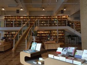 青島で民営のかなり大きな本屋さんに行きました。日本人作家がいっぱい並んでいてうれしかったのです。