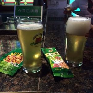 青島ビール工場にて原酒を試飲