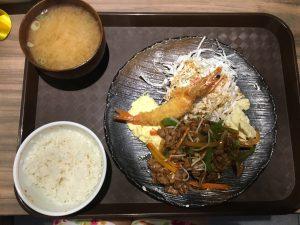 夕飯の焼肉とエビフライ定食