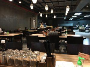食堂はとても綺麗でここで勉強をしている学生も多くいました。