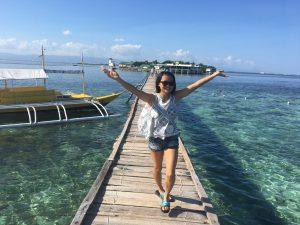 きれいな青い空と海で学生もとっても嬉しそう
