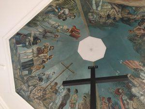 天井には洗礼儀式を描いた美しい絵が一面に描かれております。