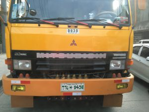 こちらのトラックはナンバープレートが手書きです